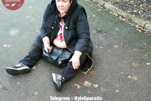 Пьяная в хлам женщина в Киеве выпала из авто и уснула на асфальте