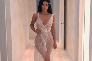 Горячо! Кардашян облачилась в прозрачное платье на голое тело