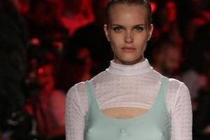В Милане на подиум вышли модели с тремя грудями