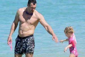 Вылитая мама: В сеть попали фото Владимира Кличко с 4-летней дочерью на отдыхе