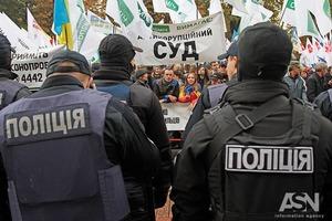 Здание Рады охраняют несколько тысяч нацгвардейцев и полицейских. В Мариинском установлены пушки