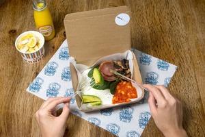 Такси Британии покормит пассажиров антипохмельным завтраком
