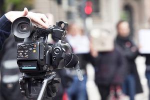 Разбитое лицо и камера: в РФ журналисты подрались за удобное место для съемки