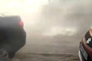 В центре Киева прорвало трубу: по асфальту хлещет поток горячей воды