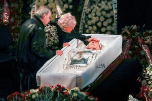Осунувшаяся Пугачева и Кирилл с кадилом. Как хоронят Николая Караченцова