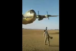 Гигантский самолет пролетел в двух метрах от земли. Головокружительное видео