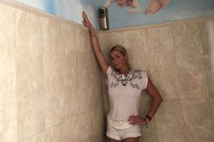 Голая Волочкова уже рекламирует освежители в туалете