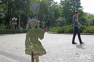 Война близко: в Киеве установили скульптуры, напоминающие о реалиях Донбасса