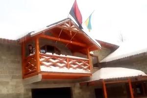 Поляка на Закарпатье заставили повесить обратно флаг УПА