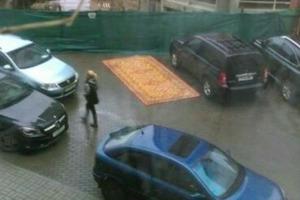 Водитель-Аладдин, который паркуется на ковре, замечен в Минске
