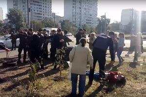 Герои дня: полиция избила и применила газ против женщин возле скандальной стройки АЗС в Киеве