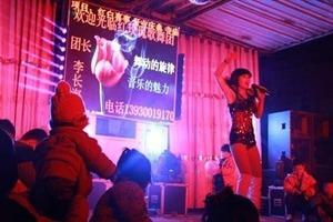 Стриптиз и порнография на похоронах. Китайское правительство объявило войну странным обычаям