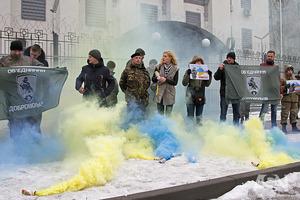 Под посольством России добровольцы напомнили, что Крым - это Украина