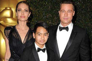 Анджелина Джоли купается нагишом в присутствии взрослых детей