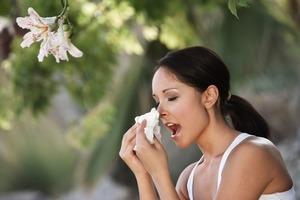 Врачи рассказали, почему нельзя закрывать нос и рот при чихании