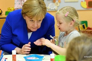 Из-за игрушек Ангела Меркель угодила в сексуальный скандал