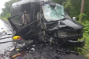 Лобовое столкновение авто на Львовщине: 1 погибший, 8 пострадавших