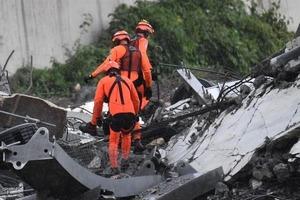 Кількість жертв обвалення мосту в Італії зросла. Рятувальники знайшли загиблу сім'ю