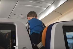 Демонический ребенок 8 часов терроризировал самолет из-за отсутствия интернета