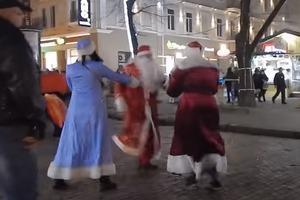Когда до Нового года две недели: в Одессе подрались Деды Морозы (18+)