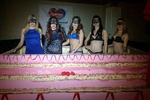 Стриптизерши испекли рекордный торт в РФ и залезли в него