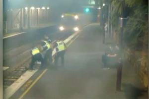 Пьяная австралийка случайно избежала смерти под колесами поезда