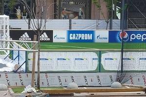 Организаторы Лиги Чемпионов добровольно зарисовали логотип Газпрома в центре Киева