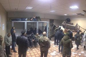 Соратники Коханивского принесли в суд кирпичи и сожгли портрет Ленина