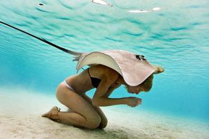 Как девушки-модели плавают со скатами