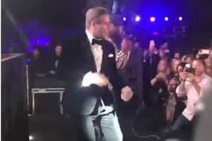 Джон Траволта ярко станцевал в Каннах под гангстерский рэп 50 Cent