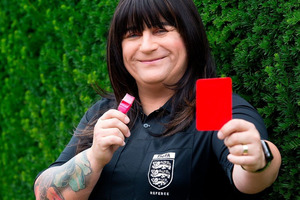 В Великобритании появился первый в мире футбольный судья-трансгендер