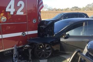Электрокар Tesla на автопилоте попал в ДТП, протаранив авто пожарных