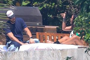 Закатила истерику и закурила. СМИ подсмотрели жесткую ссору Рианны с женихом