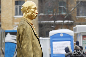 Активисты поставили перед посольством России памятник Хутину и проголосовали в кабинках биотуалетов