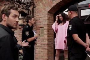 На шоу Холостяк приехала полиция вызволять девушек из плена