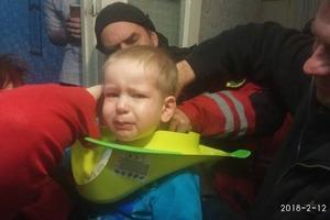 В Киеве малыш засунул голову в детский туалет и наглухо застрял