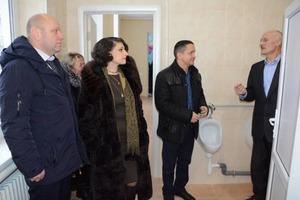 Как чиновники в шубах торжественно открыли школьный туалет под Винницей