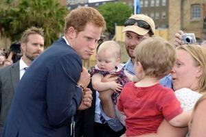Как ребенок: Принц Гарри тайком украл со стола пирожок