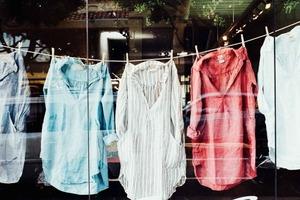 Как избавиться от пятен пота на одежде. 10 быстрых способов спасти одежду