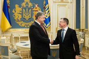 Порошенко и Волкер поговорили об урегулировании ситуации на Донбассе