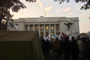 Протестующие перекрыли все тайные выходы из Рады и не дают депутатам уйти домой