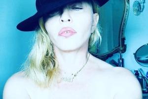 Мадонна вновь выставила грудь напоказ