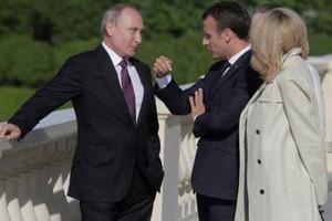 На встрече с Макроном Путин «вырос»: соцсети высмеяли фото президента РФ