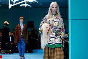 На показі Gucci в Мілані моделі носили свої голови під пахвами