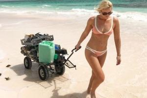 Олимпийская чемпионка в бикини занялась уборкой мусора на пляже. Фото