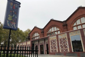 Британка случайно сняла двух девушек-призраков в Музее детства