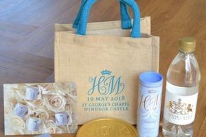Продажные друзья: гости со свадьбы принца Гарри и Меган Маркл выставили их подарки на торги