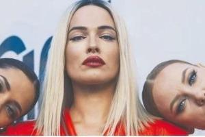 Даша Астафьева заинтриговала новым образом горячей блондинки