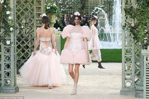 Дочь Синди Кроуфорд сразила наповал на открытии показа Chanel в Париже