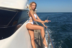 Українська співачка влаштувала стриптиз у прямому ефірі